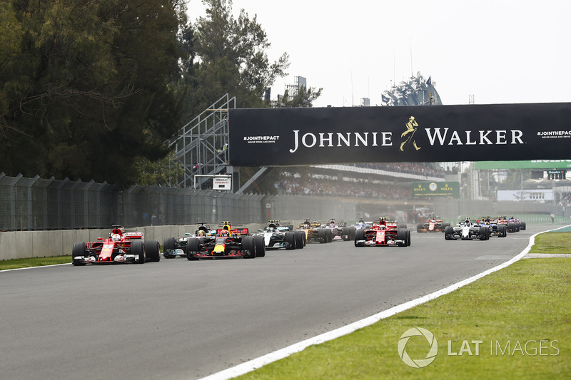 Sebastian Vettel, Ferrari SF70H, Max Verstappen, Red Bull Racing RB13, Lewis Hamilton, Mercedes AMG F1 W08, Valtteri Bottas, Mercedes AMG F1 W08, Kimi Raikkonen, Ferrari SF70H and the rest of the pack at the start