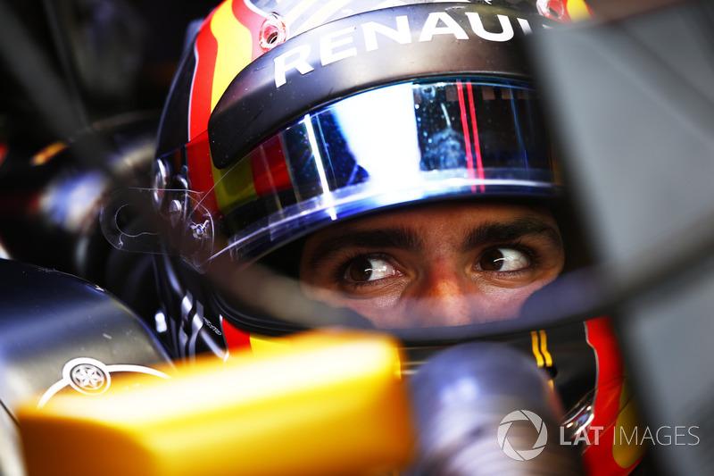 Carlos Sainz Jr. larga logo atrás do companheiro de equipe