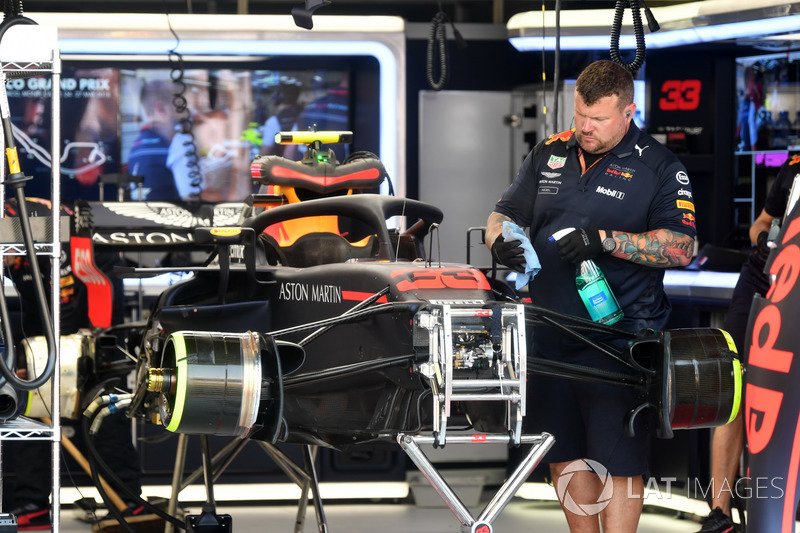 La voiture de Max Verstappen, Red Bull Racing RB14 dans le garage pendant les qualifications