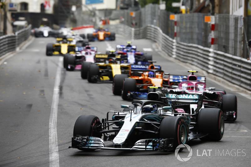 Valtteri Bottas, Mercedes AMG F1 W09, leads Esteban Ocon, Force India VJM11