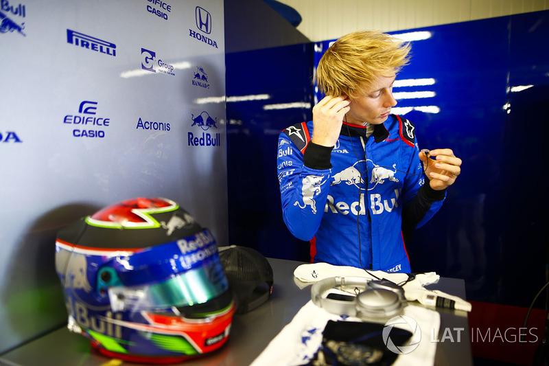 Brendon Hartley, Toro Rosso, se prépare dans son garage