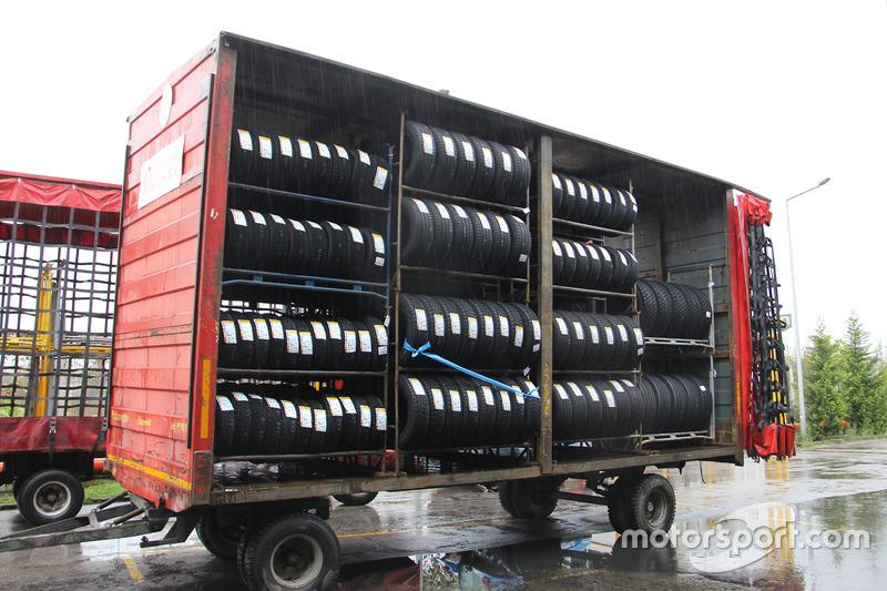 Piste gönderilecek olan Pirelli lastikleri