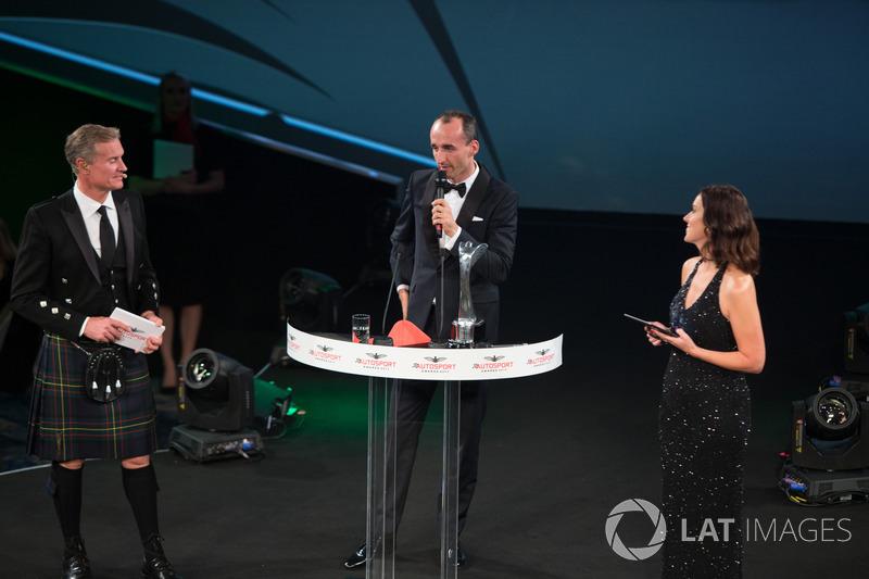 Robert Kubica presenta el premio piloto de Rally del año a Sébastien Ogier
