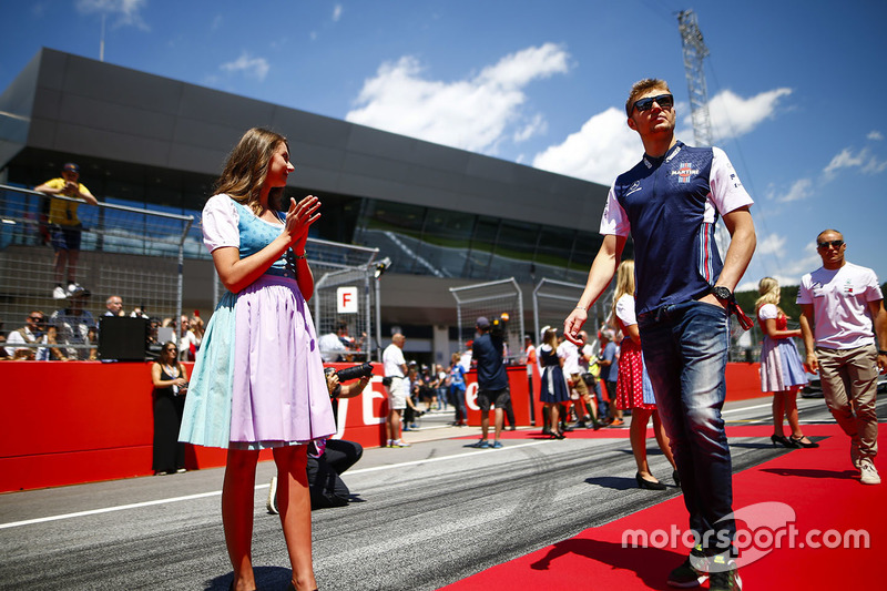 Grid Girls in national costume flank the drivers parade as Sergey Sirotkin, Williams Racing, passes
