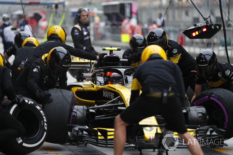 Carlos Sainz Jr., Renault Sport F1 Team R.S. 18, makes a stop during practice