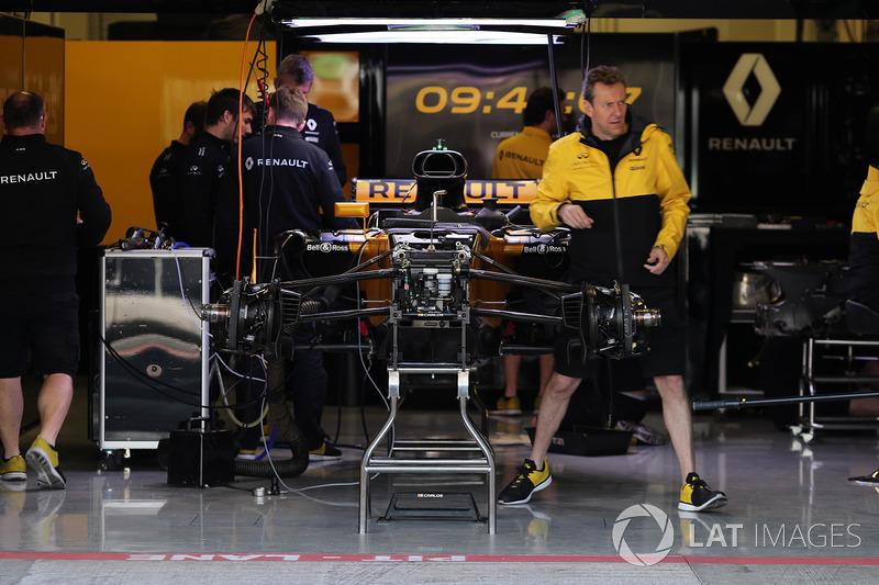 Une Renault Sport F1 Team RS17 dans le garage
