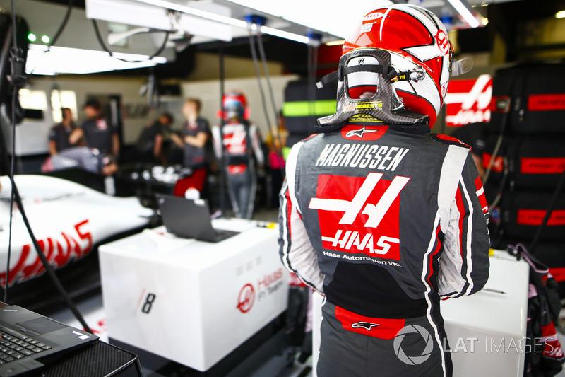 Kevin Magnussen, Haas F1 Team, en el garaje