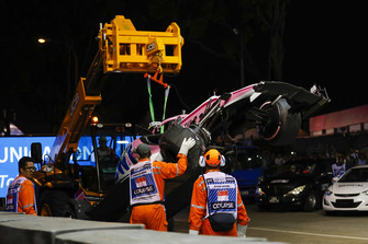 Marshals remove the damaged car of Esteban Ocon, Racing Point Force India VJM11
