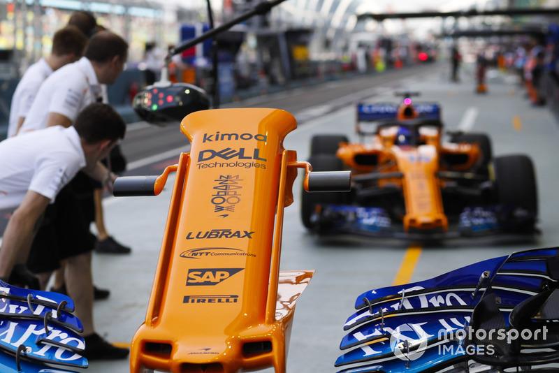 Fernando Alonso, McLaren MCL33, entre aux stands pour changer d'aileron avant