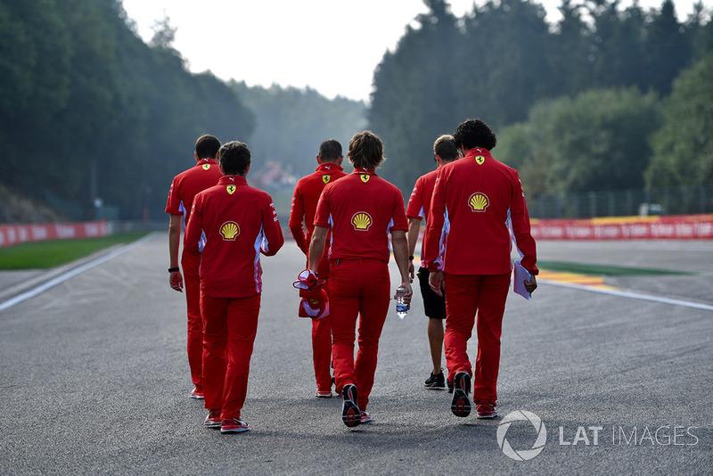 Sebastian Vettel, Ferrari, cammina lungo il circuito