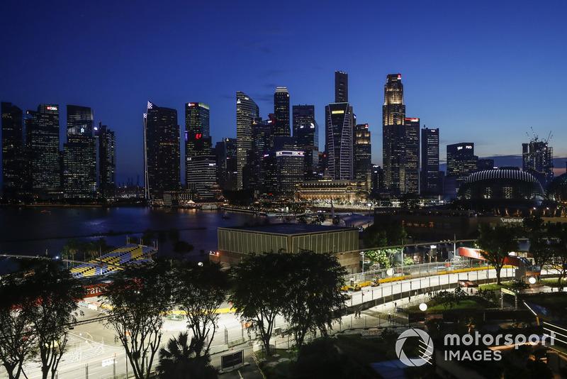 Les préparations se poursuivent au crépuscule de Singapour