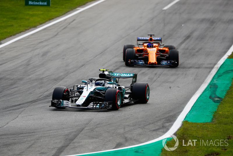 Valtteri Bottas, Mercedes AMG F1 W09, Fernando Alonso, McLaren MCL33