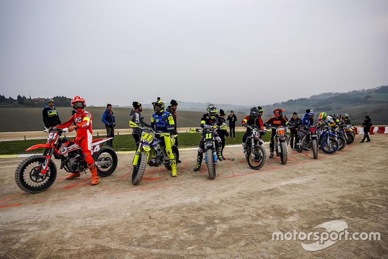 Mattia Pasini, Valentino Rossi, Nicolo Bulega, Marco Bezzecchi, Andrea Migno en anderen bij de start