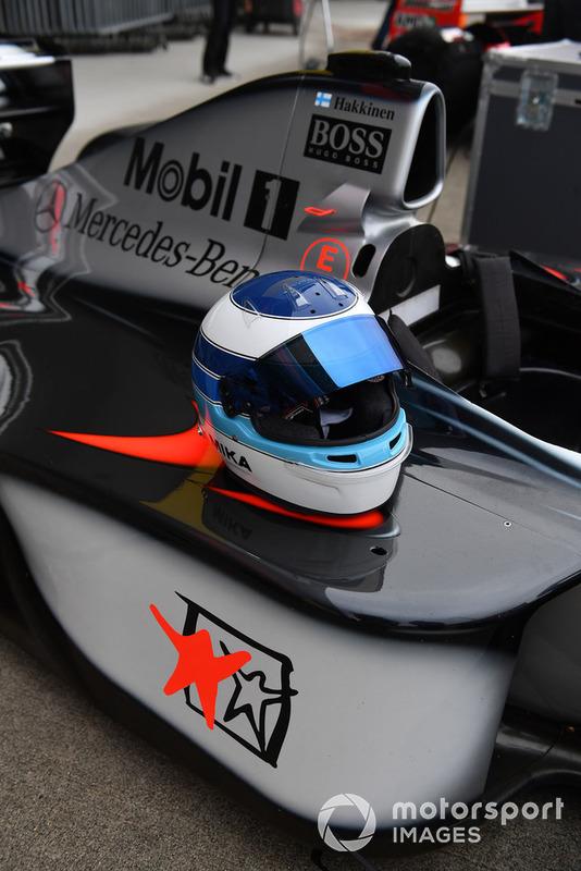 McLaren MP4-13 y el casco de Mika Hakkinen en Leyendas F1 30 Aniversario vuelta de Demostración