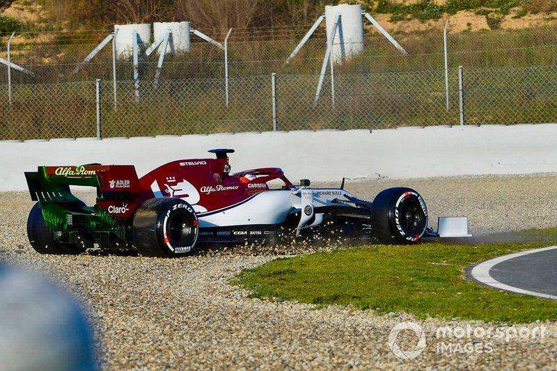 Kimi Raikkonen, Alfa Romeo Racing C38, spins into the gravel on the opening morning of testing