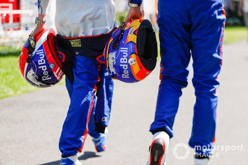 Alexander Albon, Toro Rosso e Daniil Kvyat, Toro Rosso, con i loro caschi
