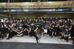 Toto Wolff, Mercedes AMG F1, ganador, Valtteri Bottas, Mercedes AMG F1, su esposa, Emelia, Lewis Hamilton, Mercedes AMG F1.
