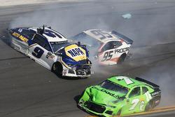 Crash: Chase Elliott, Hendrick Motorsports Chevrolet Camaro, Kasey Kahne, Leavine Family Racing Chevrolet Camaro
