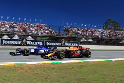 Marcus Ericsson, Sauber C36 and Daniel Ricciardo, Red Bull Racing RB13 battle