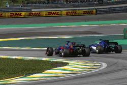 Brendon Hartley, Scuderia Toro Rosso STR12 and Marcus Ericsson, Sauber C36 battle for position