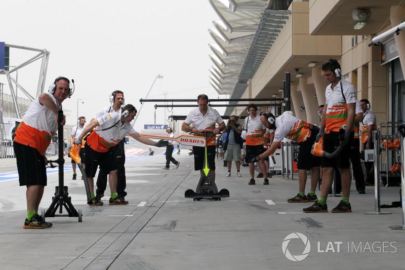 Перед самым началом уик-энда с механиками Force India случился инцидент. Они ехали к автодрому и оказались в центре столкновений полиции с протестующими. В салон машины попал слезоточивый газ, но с места происшествия механикам удалось быстро уехать
