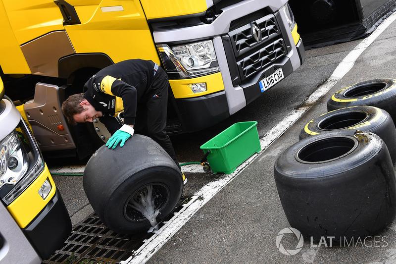 Механик Renault Sport F1 Team моет шины Pirelli