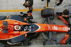 Stoffel Vandoorne, McLaren, rentre au stand