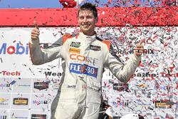 #54 CORE autosport ORECA LMP2, P: Jon Bennett, Colin Braun celebra en Victory Lane