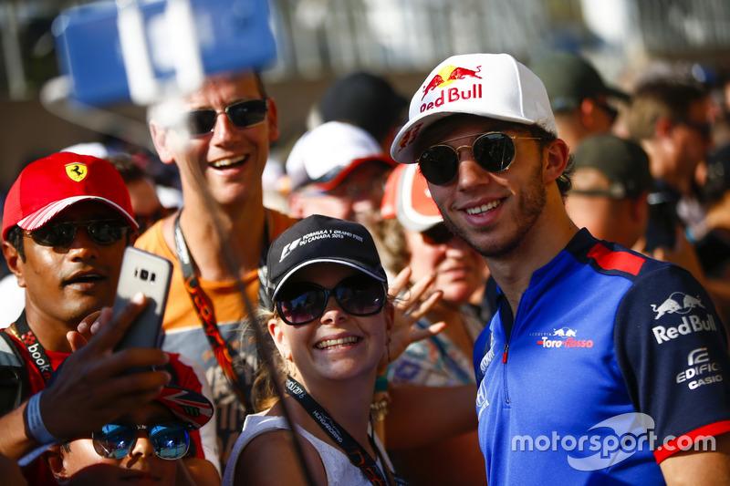 Pierre Gasly, Toro Rosso, firma autografi ai tifosi