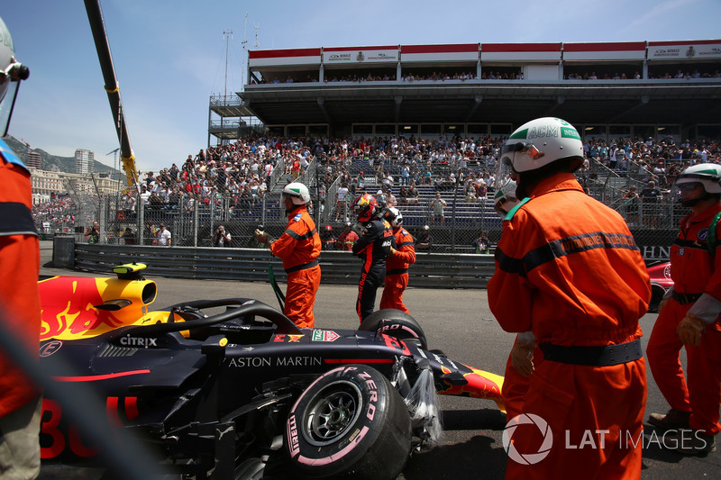 Marshals met de wagen van Max Verstappen, Red Bull Racing RB14 na crash