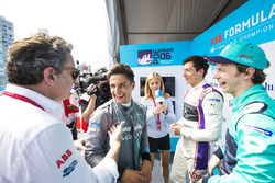 Alejandro Agag, CEO, Formula E, Mitch Evans, Jaguar Racing ve Alex Lynn, DS Virgin Racing, Oliver Turvey, NIO Formula E Team ile konuşuyor