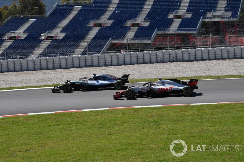 Lewis Hamilton, Mercedes-AMG F1 W09 y Romain Grosjean, Haas F1 Team VF-18