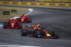 Max Verstappen, Red Bull Racing RB14 lidera a Kimi Raikkonen, Ferrari SF71H y Sebastian Vettel, Ferrari SF71H
