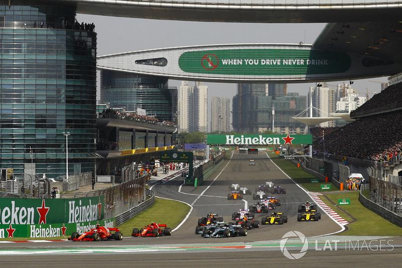Sebastian Vettel, Ferrari SF71H, devant Kimi Raikkonen, Ferrari SF71H, Valtteri Bottas, Mercedes AMG F1 W09, Lewis Hamilton, Mercedes AMG F1 W09, Max Verstappen, Red Bull Racing RB14 Tag Heuer, et le reste du peloton au départ