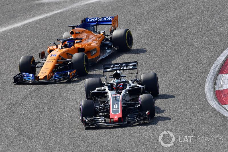 Romain Grosjean, Haas F1 Team VF-18 y Fernando Alonso, McLaren MCL33