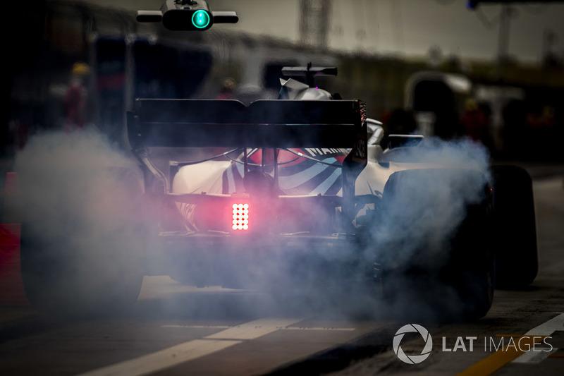 Lance Stroll, Williams FW41 Mercedes, en pit lane