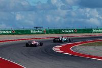 Esteban Ocon, Sahara Force India VJM10 ve Lewis Hamilton, Mercedes-Benz F1 W08