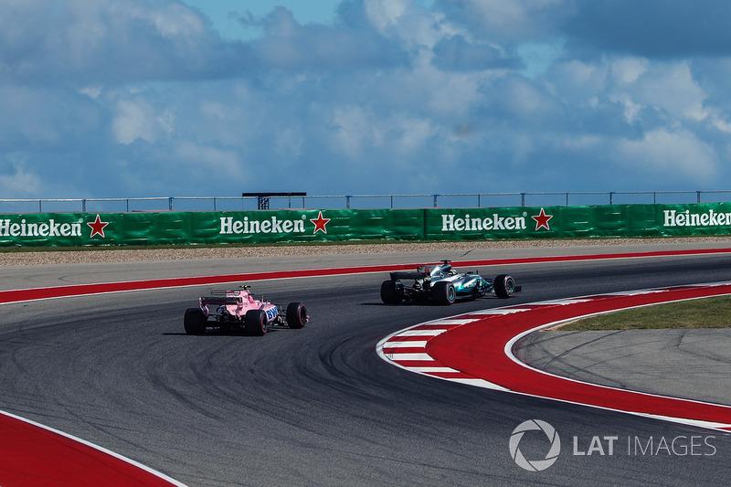 Esteban Ocon, Sahara Force India VJM10 y Lewis Hamilton, Mercedes-Benz F1 W08