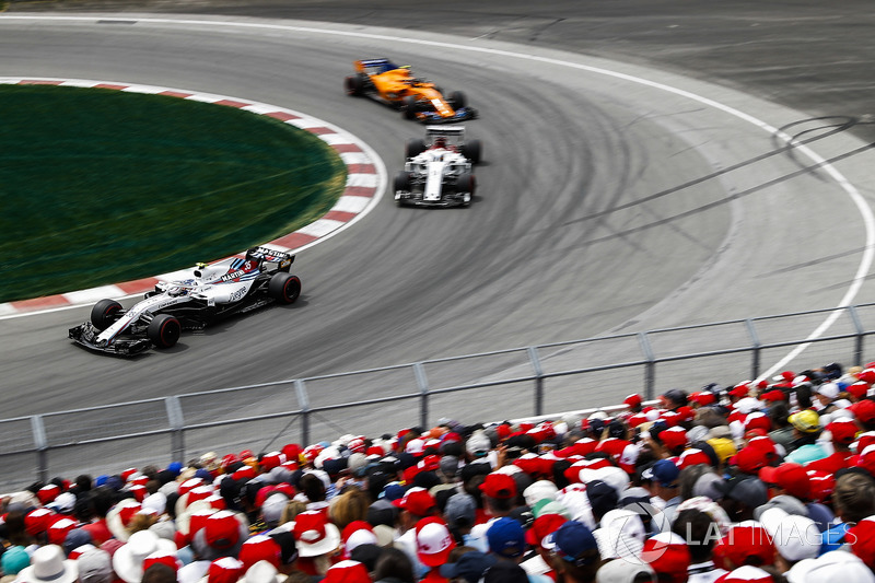Sergey Sirotkin, Williams FW41, leads Marcus Ericsson, Sauber C37, and Stoffel Vandoorne, McLaren MC