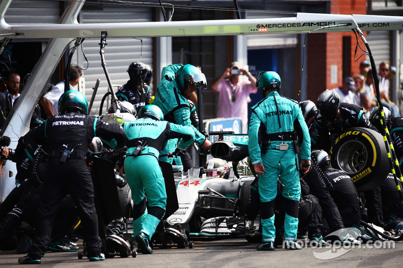 Lewis Hamilton, Mercedes AMG F1 W07 Hybrid fa un pit stop