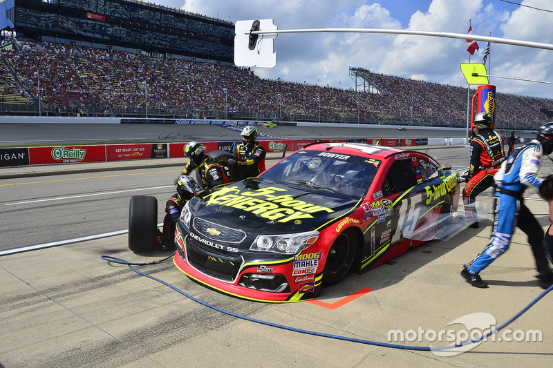 Clint Bowyer, HScott Motorsports Chevrolet, pit action