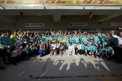Ganador Lewis Hamilton, Mercedes AMG F1, Nico Rosberg, Mercedes AMG F1; Lindsey Vonn, Gordon Ramsey