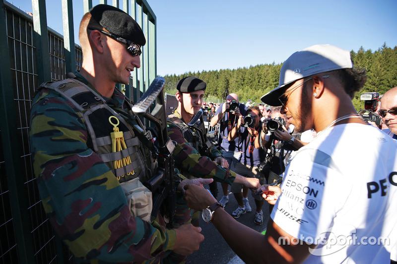 Lewis Hamilton, Mercedes AMG F1 firma autografi alle guardie armate
