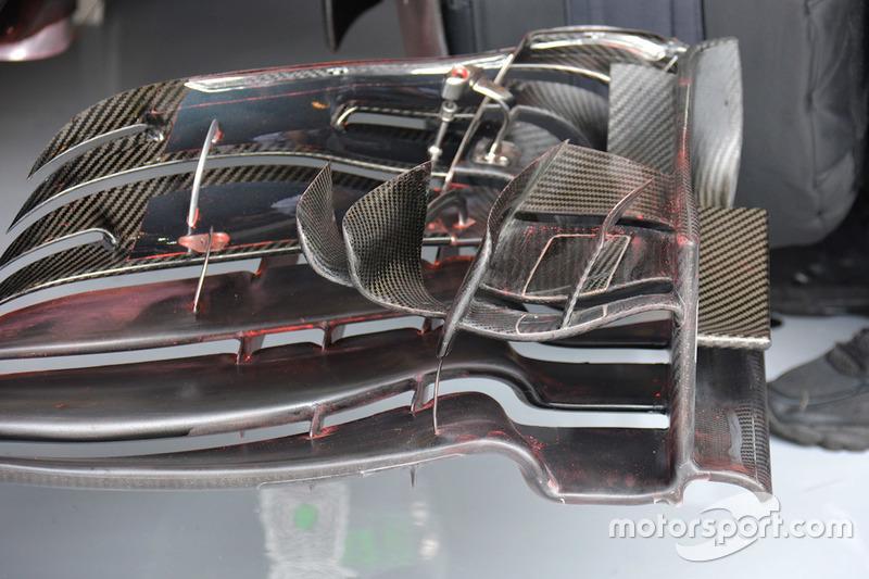 Fernando Alonso, McLaren MP4-31 front wing detail