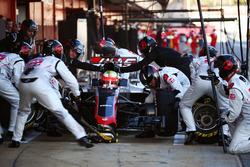 Esteban Gutierrez, Haas F1 Team VF-16 oefent een pitstop