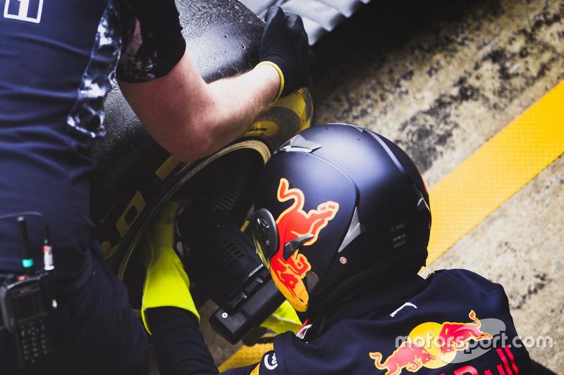 Механики Red Bull Racing меняют колеса на пит-стопе