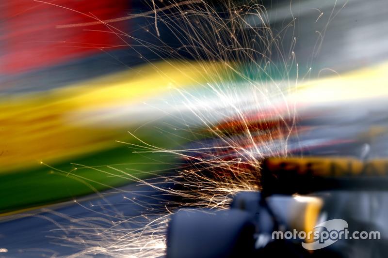 Daniel Ricciardo, Red Bull Racing RB13 fait des étincelles