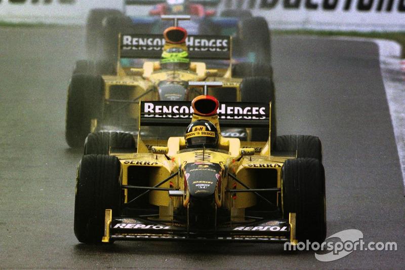 Damon Hill, Jordan 198 Mugen-Honda lidera a Ralf Schumacher, Jordan 198 Mugen-Honda y Jean Alesi, Sa