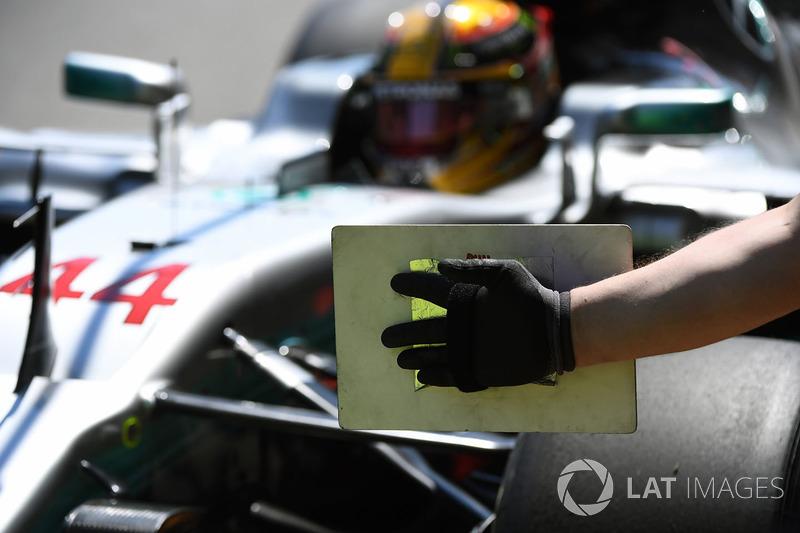 Mercedes AMG F1 mecánico y marcador de tablero