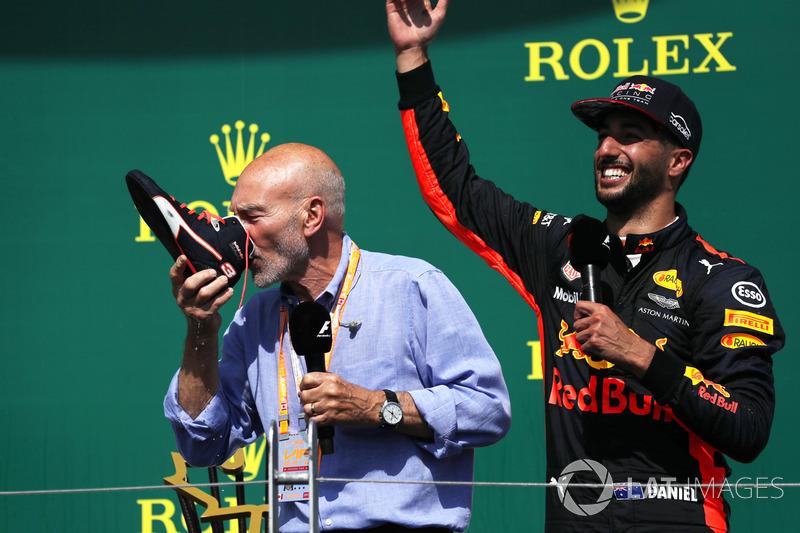 Podium : Patrick Stewart, fait un shoey avec Daniel Ricciardo, Red Bull Racing